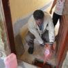 Técnico joga água com corante em ralo, durante teste