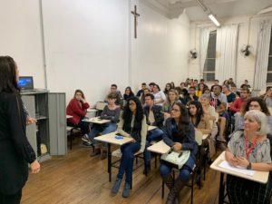 Alunos na sala de aula com com a jornalista Mônica Gropelo