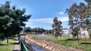 Foto do céu, rio Guapeva e árvores