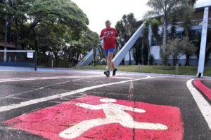 Pista do Bolão com homem correndo