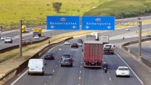 Foto da Rodovia Bandeirantes com duas placas indicativas de acesso